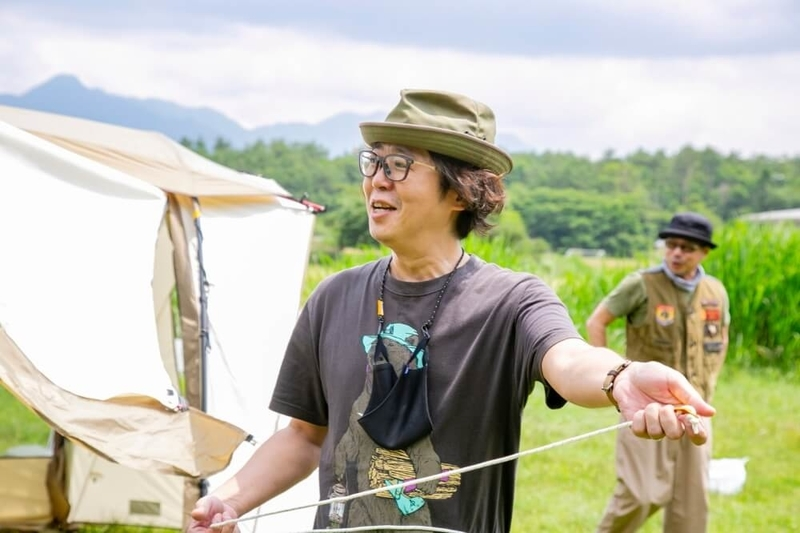 テントの設営をしながらogawaの歴史を語る大木さん