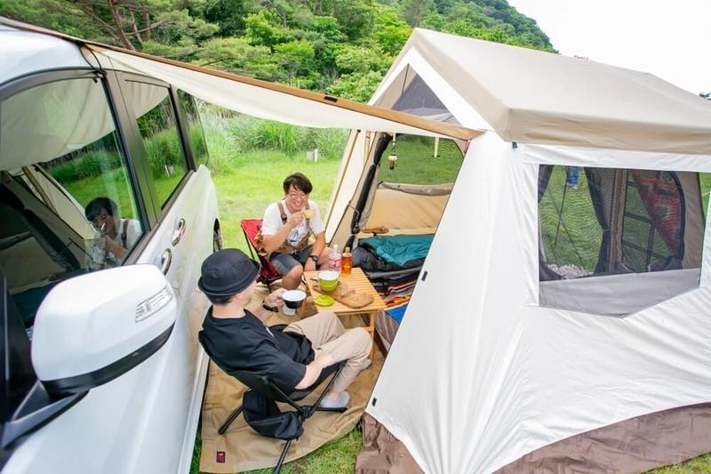 オーナーロッジタイプ52R T/CとSTEPWGNを接続した様子。クルマとテントのあいだに中庭スペースができる