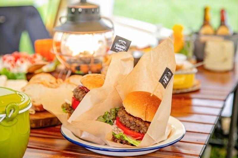 カフェで好評のハンバーガーや料理が並んでいる写真
