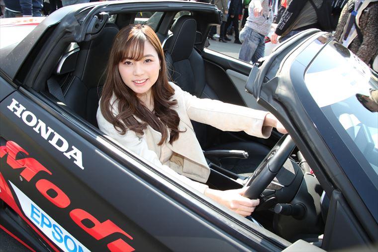 Honda S660に乗車した蒼乃茜さん