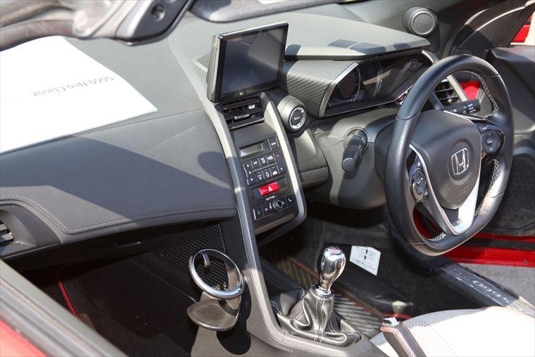 車内のカスタマイズ例。シフトノブにチタン削り出しを使う