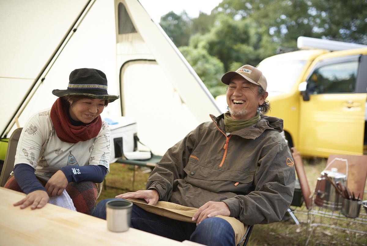 秋のキャンプを楽しむ様子