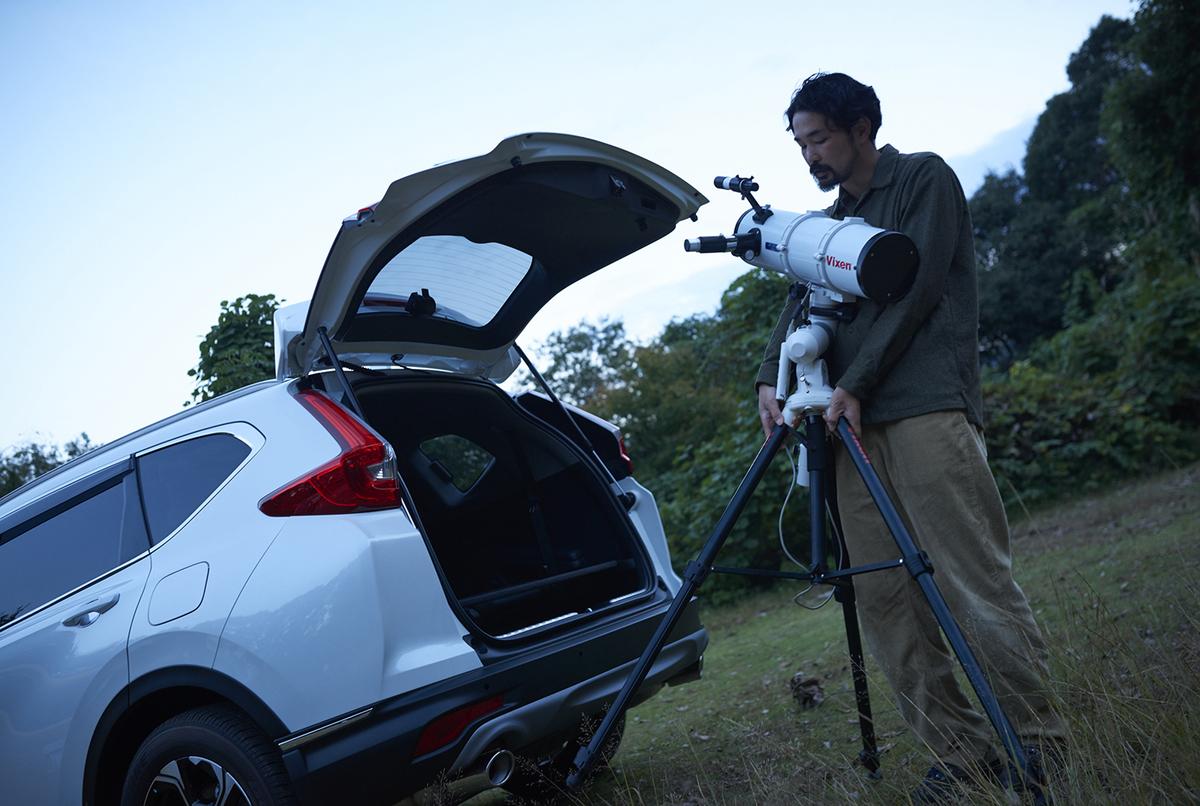 天体望遠鏡を取り出す様子