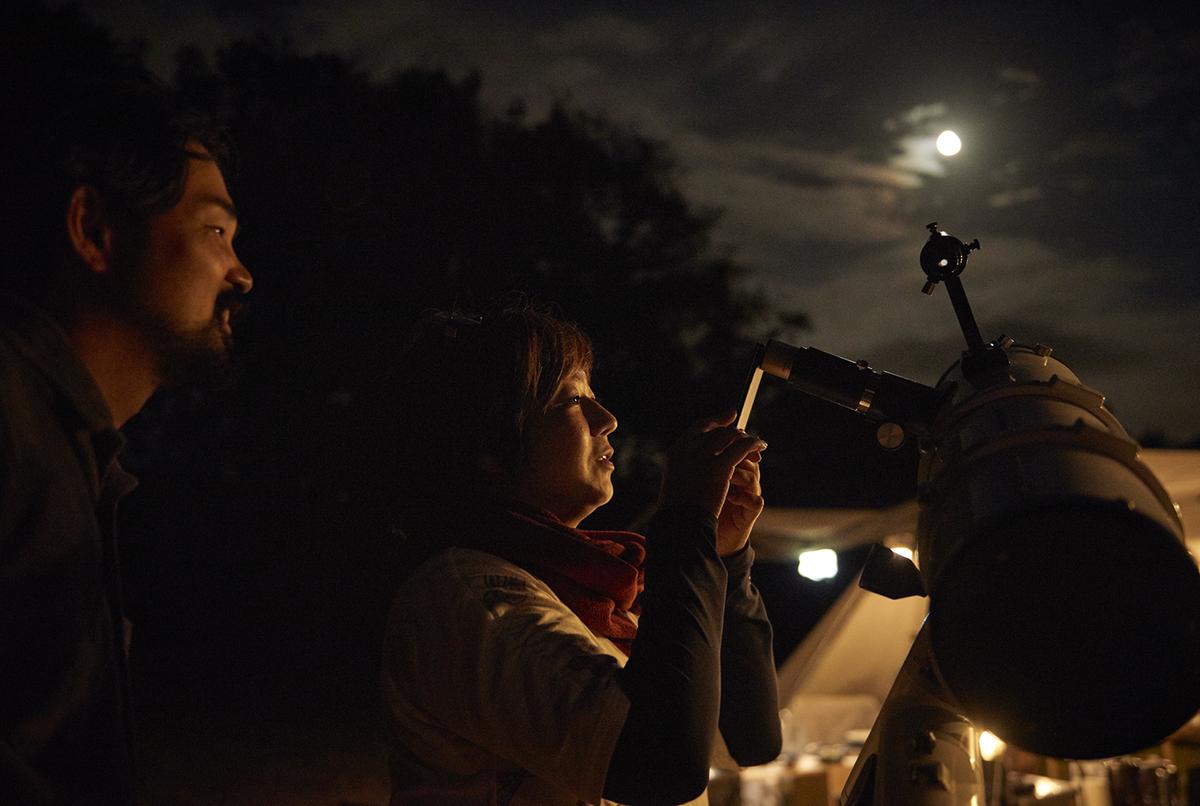 天体望遠鏡をのぞく様子