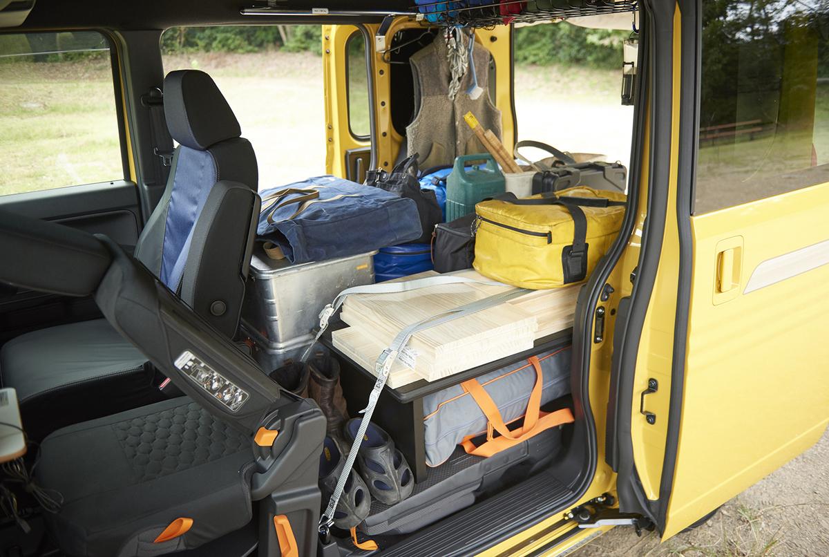 N-VANのラゲッジスペース(荷室)を「マルチボード」で2段に分け、効率的に荷物を収納している写真