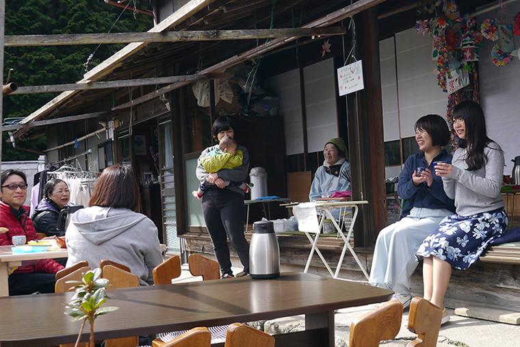 縁側カフェで談笑するお客さんと近所の人たち