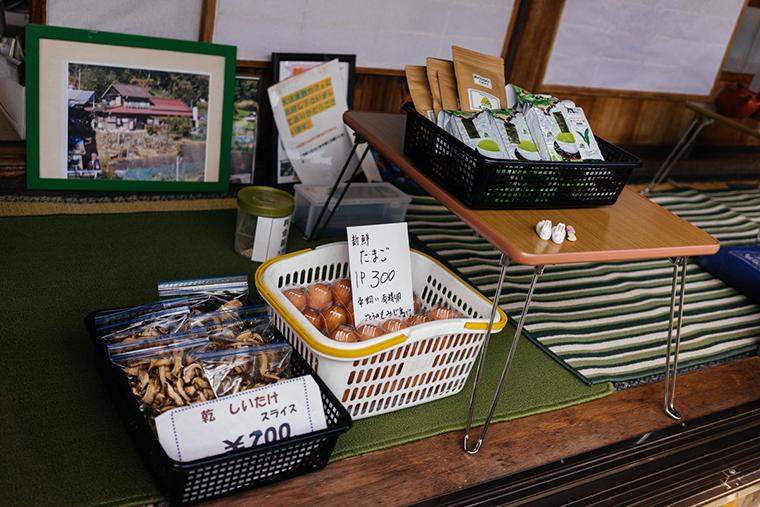 オリジナルのお茶、野菜やしいたけ、卵などのお土産が販売されている様子