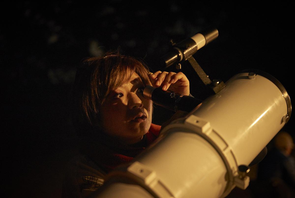 天体望遠鏡をのぞいている様子