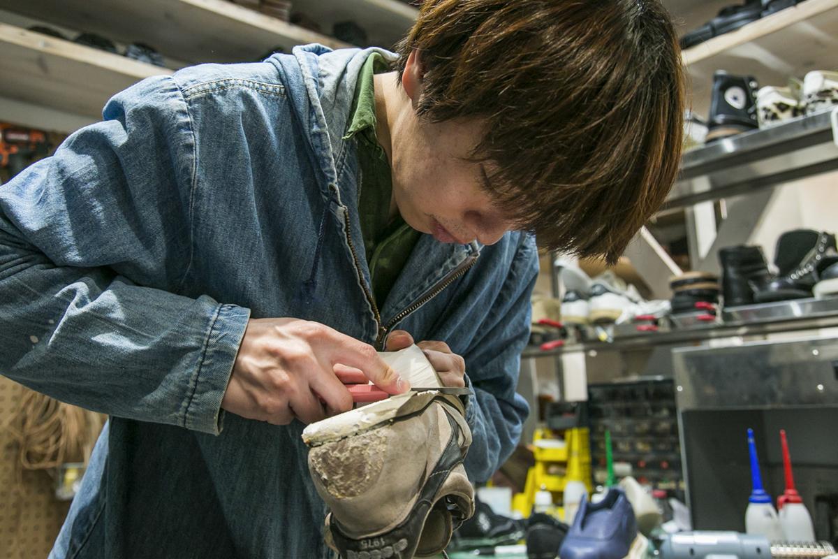 愛用の道具を駆使し、古びたスニーカーのソールを剥がしていく廣瀬さん