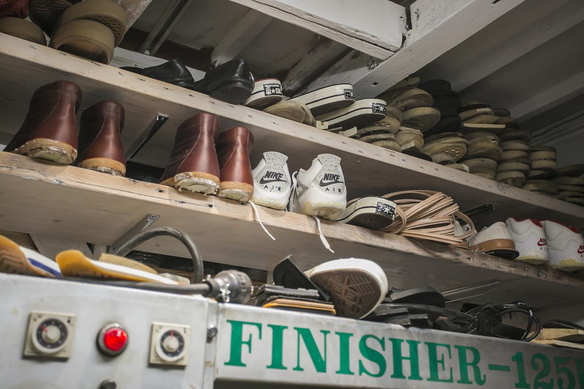 店内の工房に並ぶ注文の靴