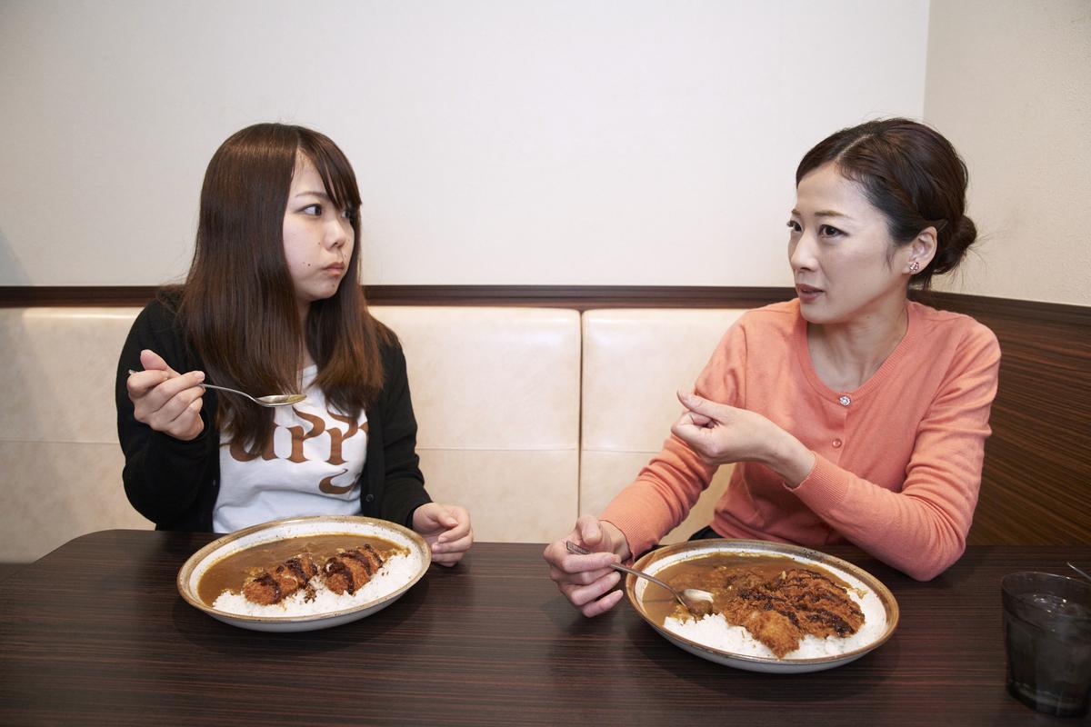 ココイチのカレーを食べる一条もんこさんとライター名久井さん