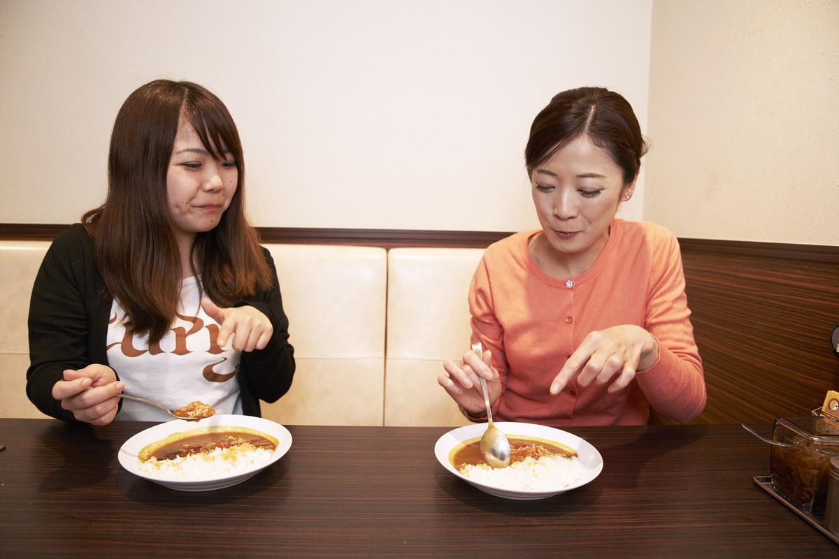 試食をする一条もんこさんとライター名久井さん
