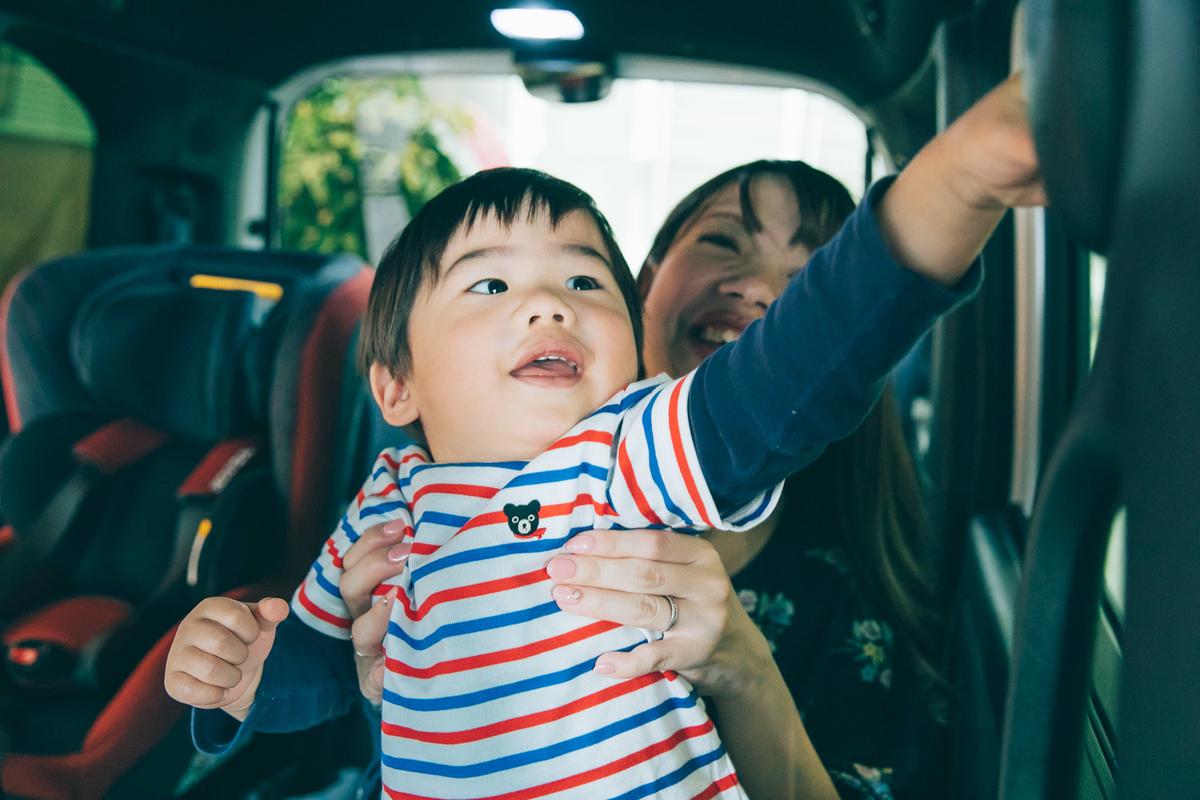 ボタンを押すたびにどんどん笑顔になる岡本さんファミリーの息子さん