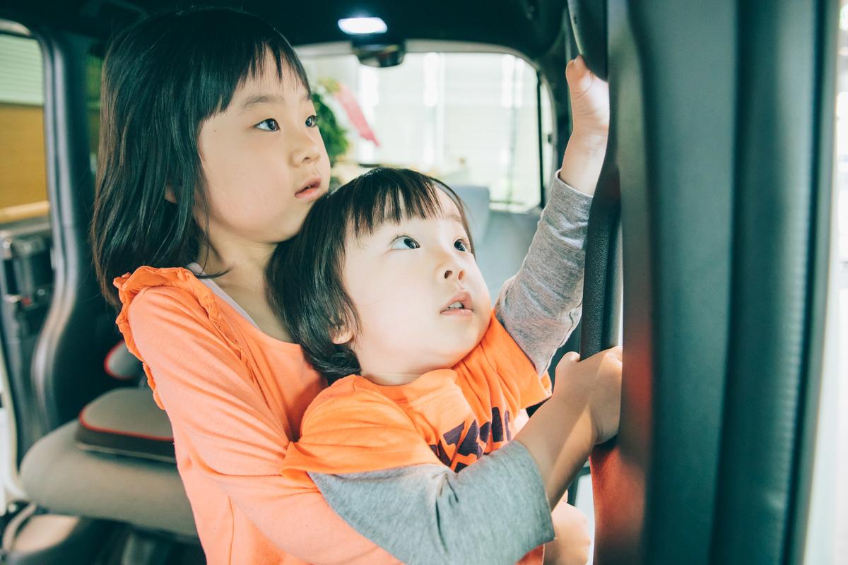 岡本ファミリーの届かない弟くんを抱っこするお姉ちゃん