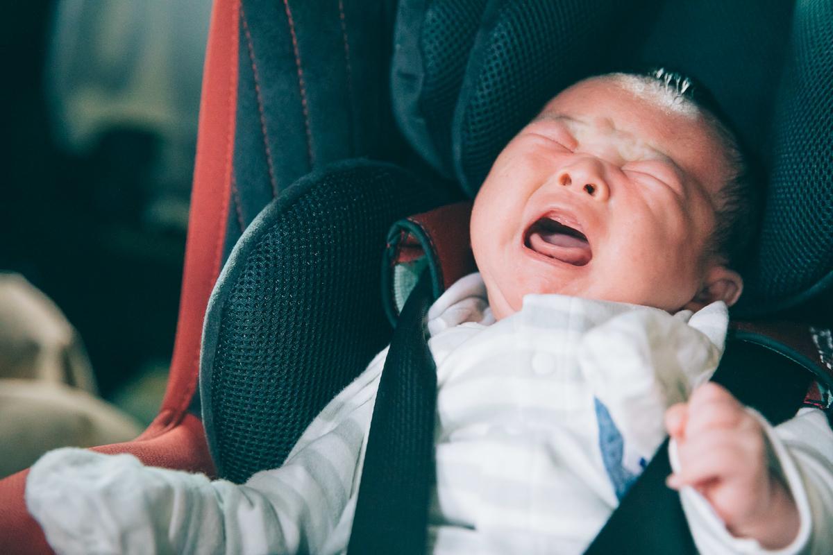 ここじゃない! 抱っこして! と号泣する赤ちゃんの様子