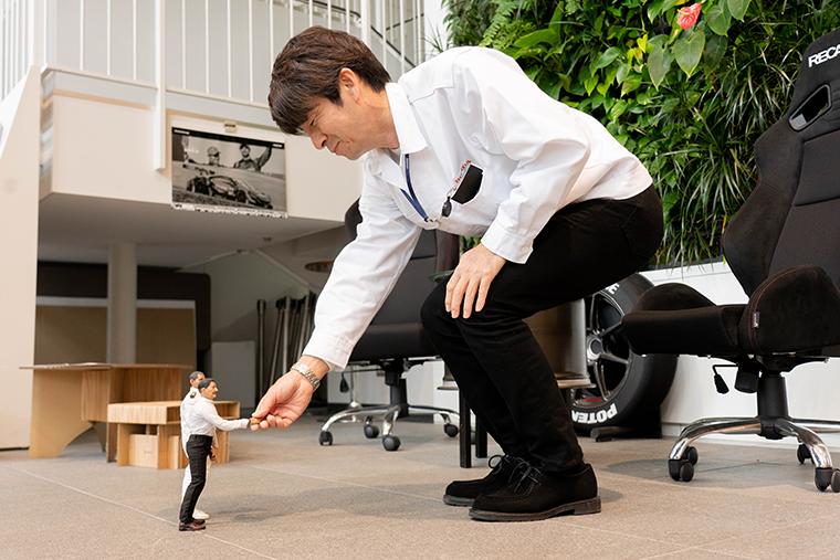 新井さんと握手するヨシダさん