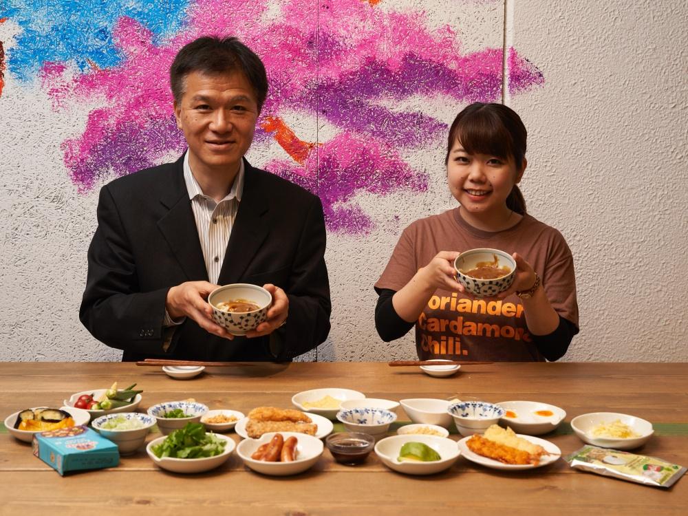 カレー研究の第一人者・井上先生とカレーライターの名久井が試食に臨む様子