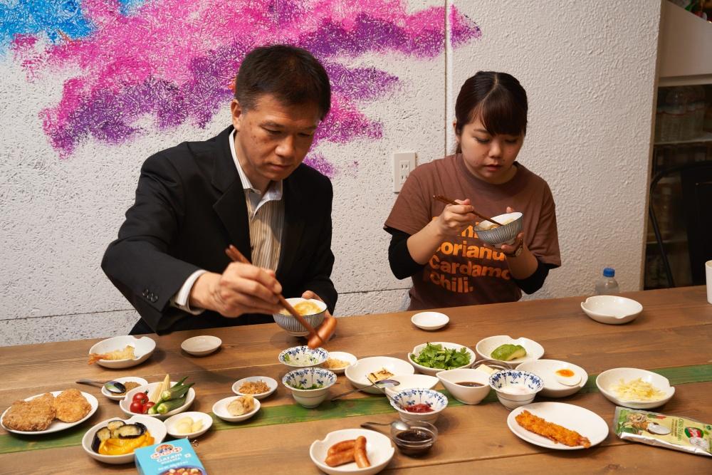 井上先生と名久井が、色々とちょい足しカスタムを試す様子