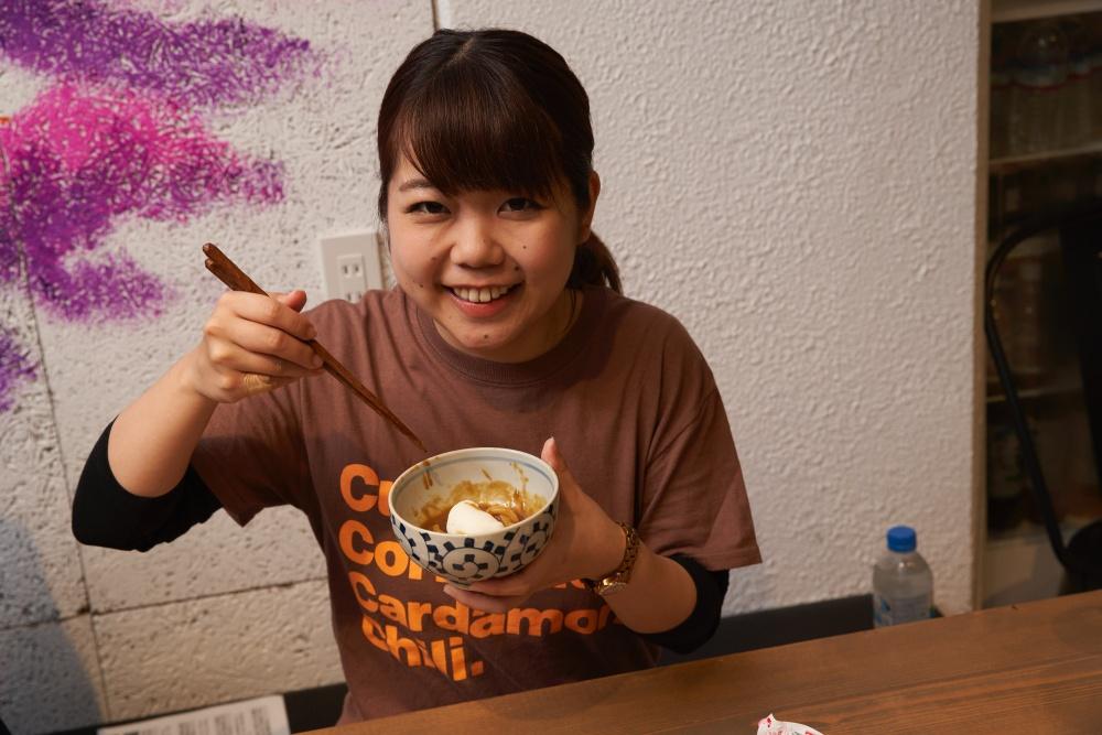 カレーライター・名久井がうれしそうな顔をしています