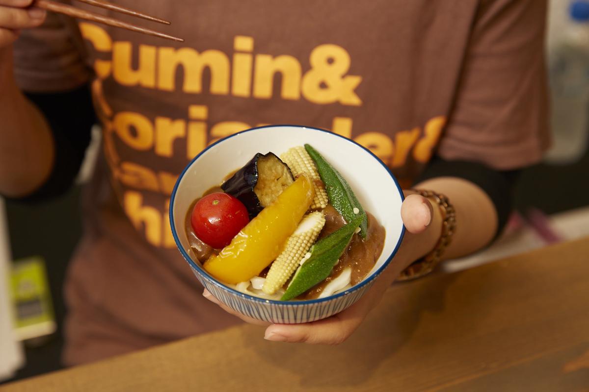 トマトやナスなど色とりどりの野菜をトッピング