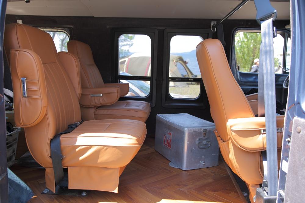 フロアをヘリンボーンに張り替え、家具屋に革張りシートを特注したダッジのラムバン