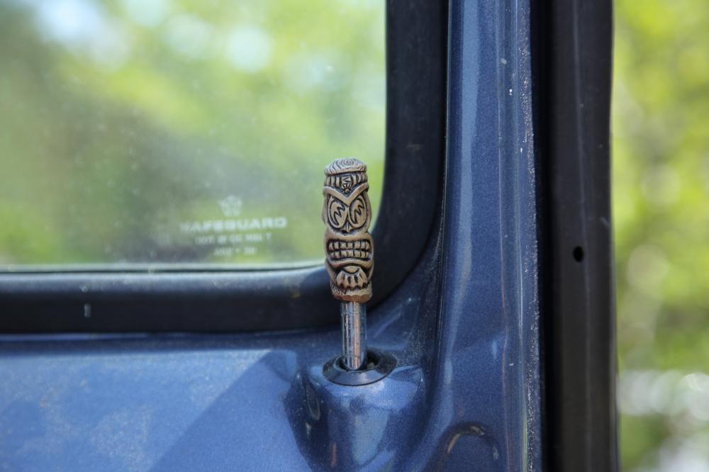 ダッジのラムバンのドアロックにはハワイのティキ像が! サーファーである以前の所有者の名残だとか