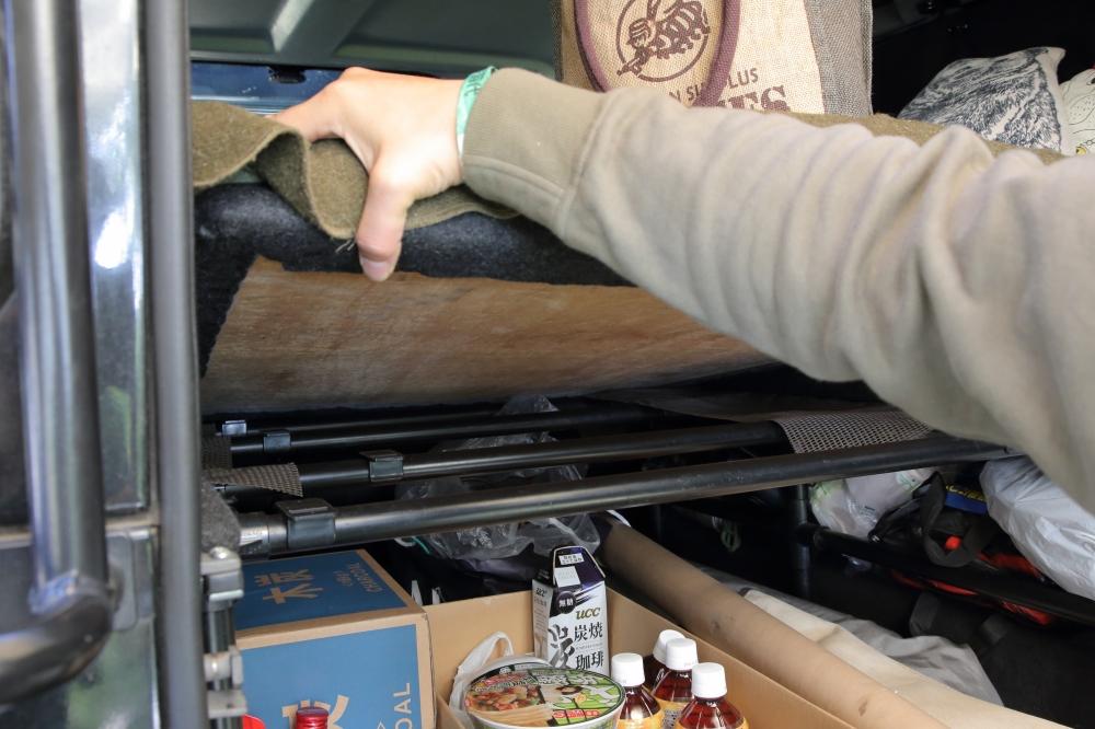 車中泊用のベッドの土台はDIYショップで部品を購入してDIY。すごい!