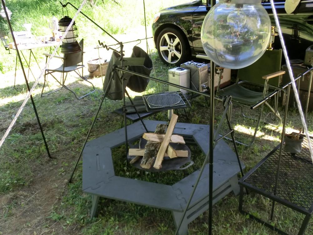 ハードな印象のアイアン製のキャンプ道具
