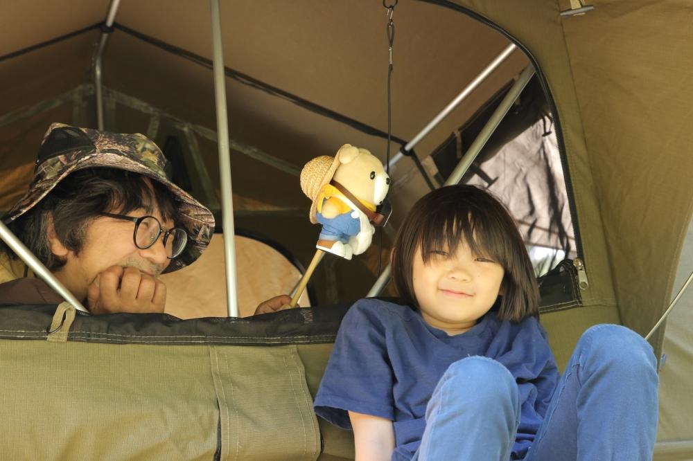 ルーフテントで遊ぶ会田さん親子