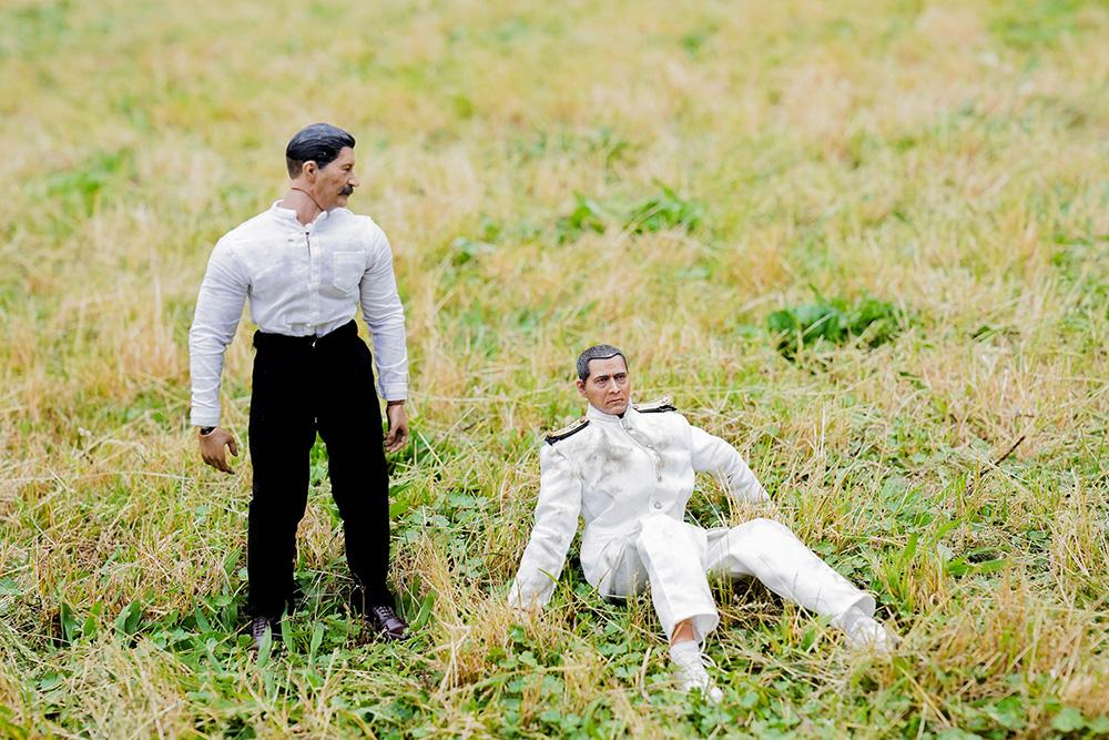 芝生に立つヨシダさんと芝生に座るミフネさん