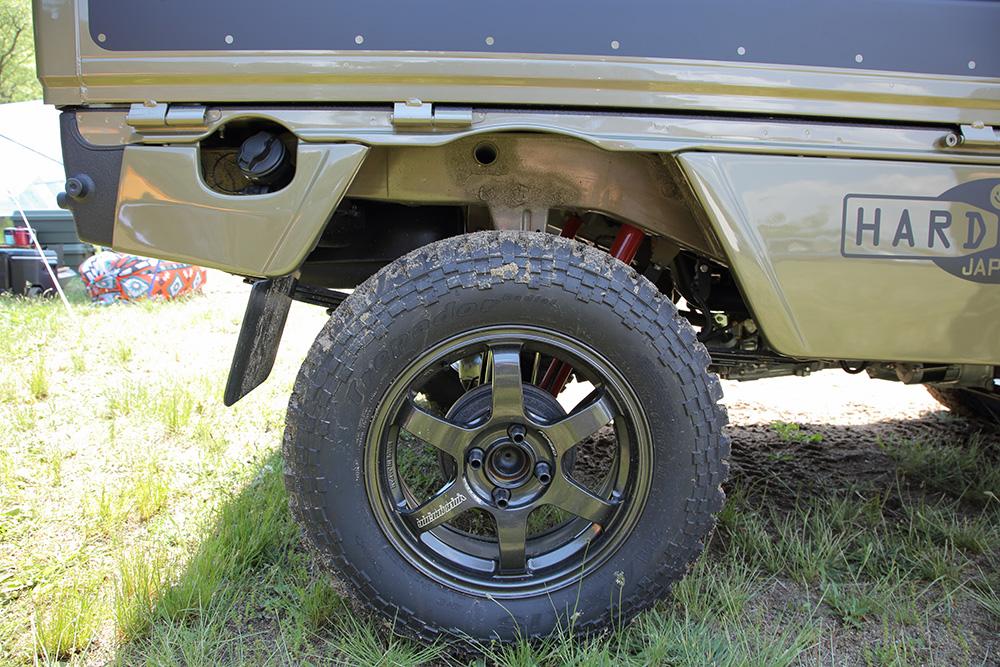 リフトアップして太いタイヤをはかせている