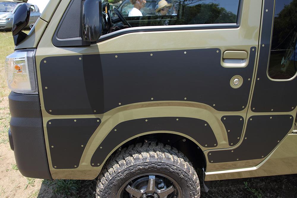 傷防止にもなるカッティングシートを貼っている。薄いので車体になじむ!