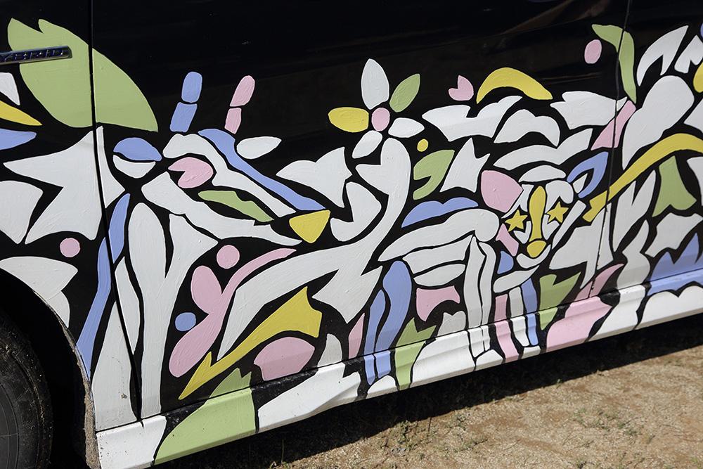 アートペイントの中にはキリンやチーターなど家族が描かれている