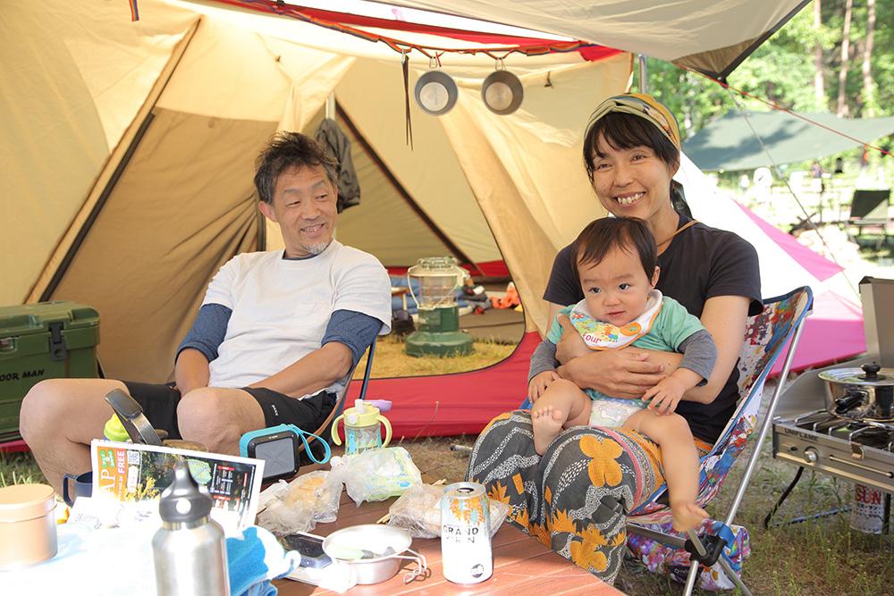 テントでくつろぐ神谷さんご夫妻と、三男の琉太くん