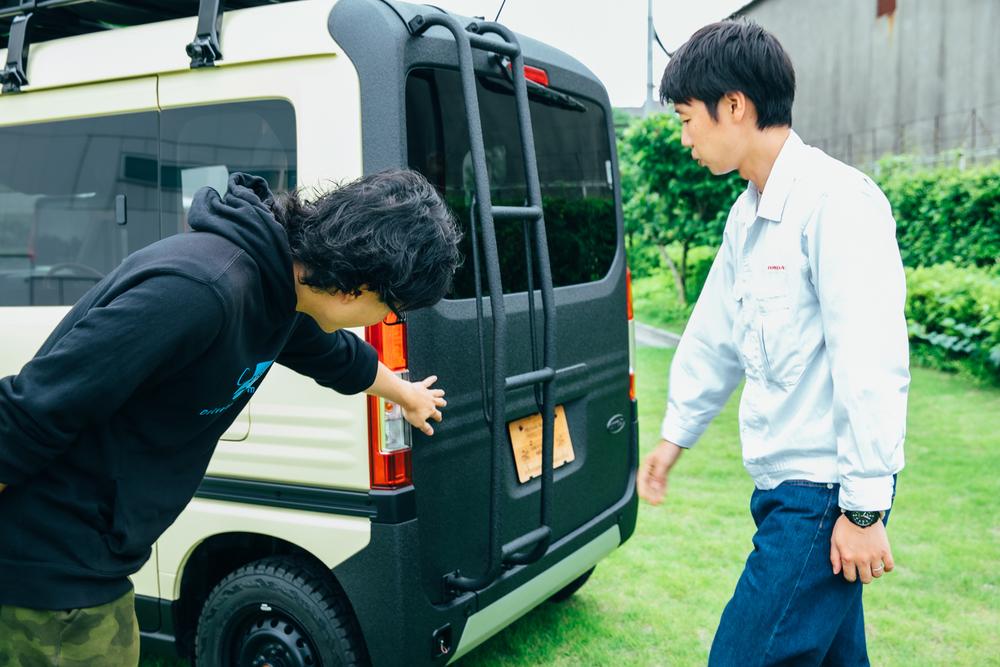 Hondaのコンセプトモデル「TRIP VAN」の塗装「LINE-X」の説明をするホンダアクセス商品企画部デザイナーの渡邊岳洋さん