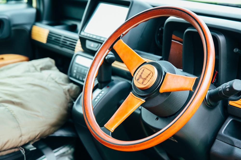80年代のアメリカ車をイメージしたというTRIP VANのステアリング