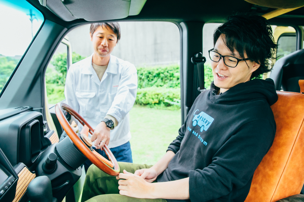 Hondaのコンセプトモデル「TRIP VAN」の運転席に座るCarstayの宮下晃樹さん