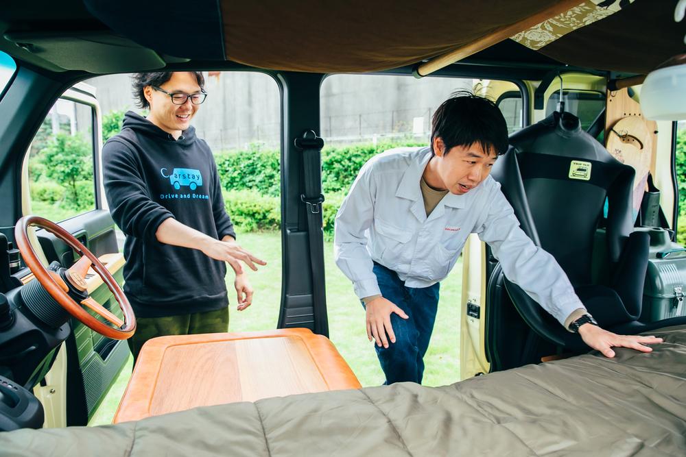 Hondaのコンセプトモデル「TRIP VAN」の車内の広さに驚くCarstayの宮下晃樹さん
