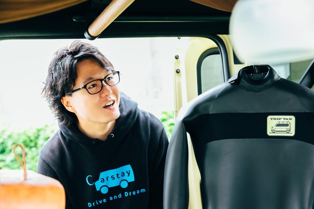 Hondaのコンセプトモデル「TRIP VAN」の中を見るCarstayの宮下晃樹さん