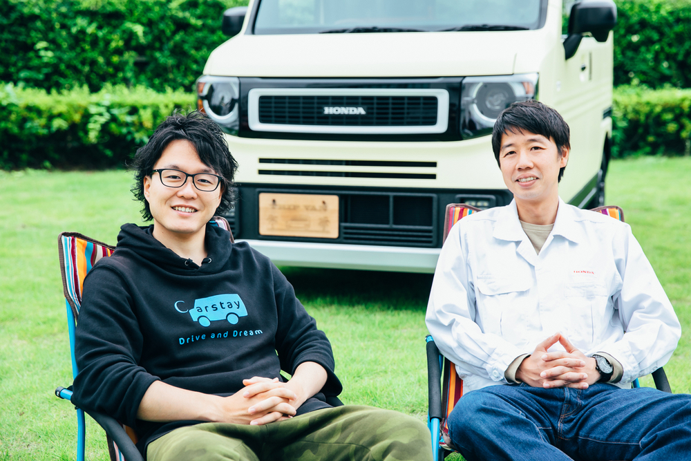 Hondaのコンセプトモデル「TRIP VAN」の前に座るホンダアクセスのデザイナー渡邊岳洋さんとCarstayの宮下晃樹さん