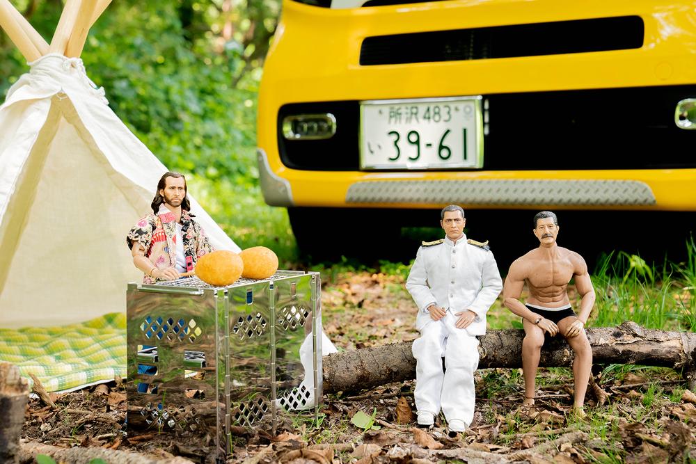 キャンプするミフネさん、ヨシダさん、ニコラス。後ろには車中泊できるN-VAN
