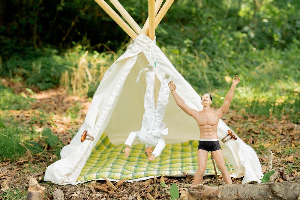 テントに足が引っかかって、ぶらさがるミフネさん。となりにヨシダさん