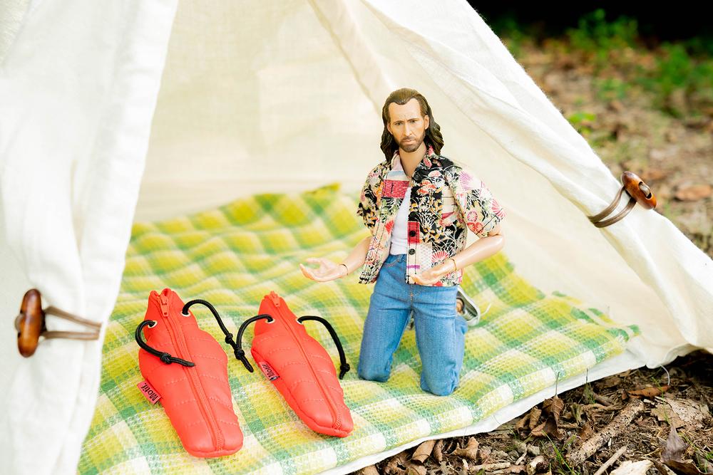 小さなテントの中に、小さな寝袋を用意したニコラス