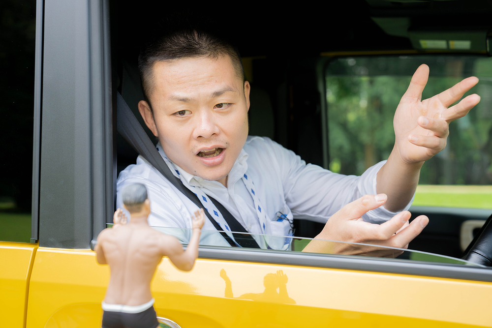N-VANに乗ってキャンプ場についた横田さんと話をするヨシダさん
