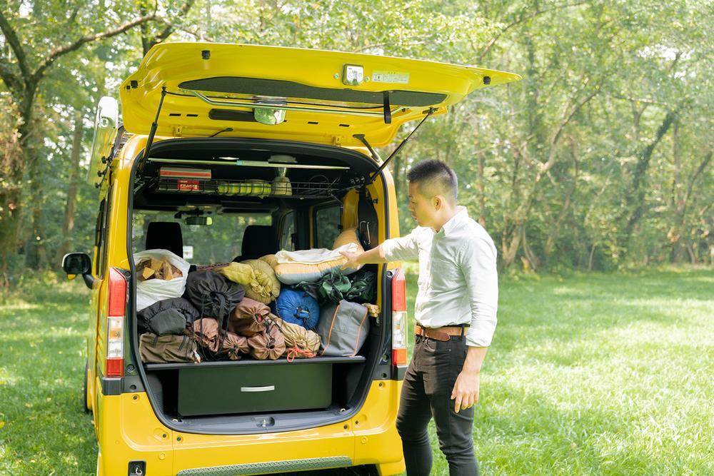 N-VANに積んだキャンプ道具を見る横田さん