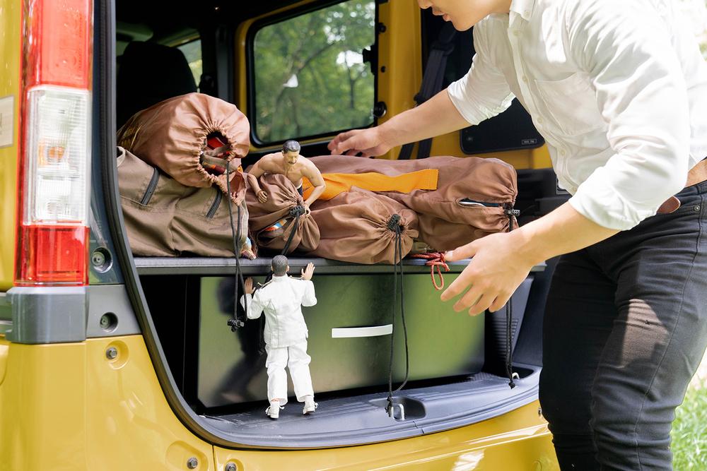 N-VANの荷室からキャンプ道具を降ろす横田さんと、手伝うミフネさん、ヨシダさん