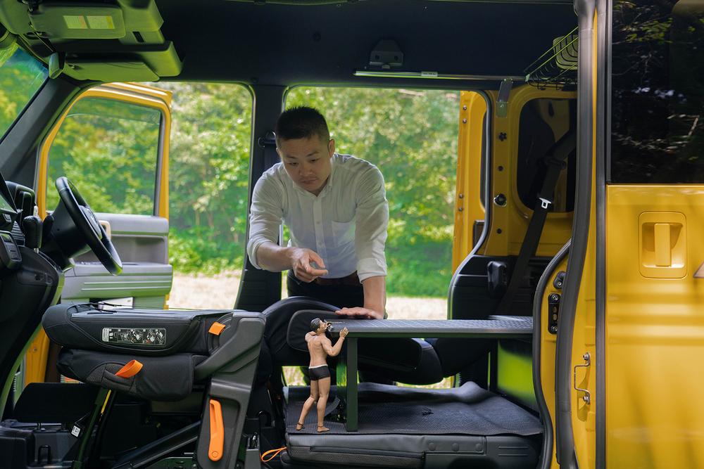 N-VANを車中泊仕様にするため、助手席と運転席を倒してマルチボードを設置する