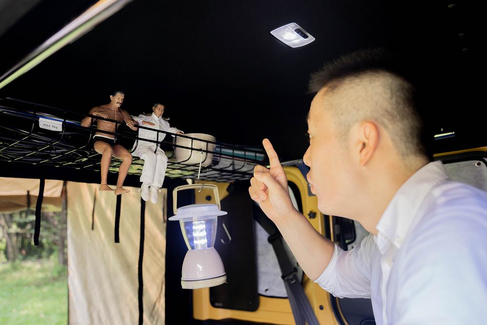 N-VANのルーフインナーラックに座るミフネさんとヨシダさん