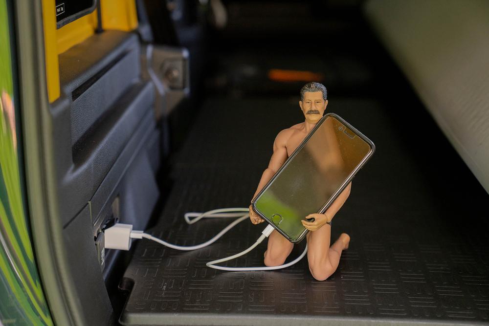 N-VANの車内でスマホの充電をするヨシダさん