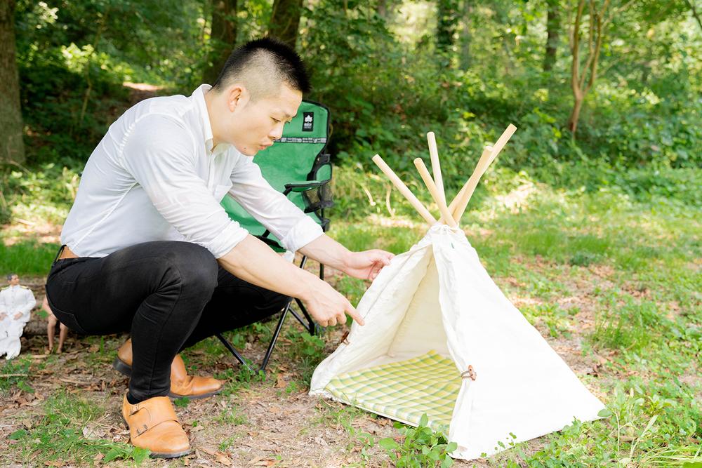 ミニサイズのテントに入ろうとする横田さん